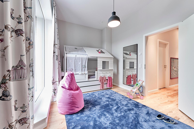 Wei es kinderzimmer mit blau und pink spiegel sitz for Weisses kinderzimmer