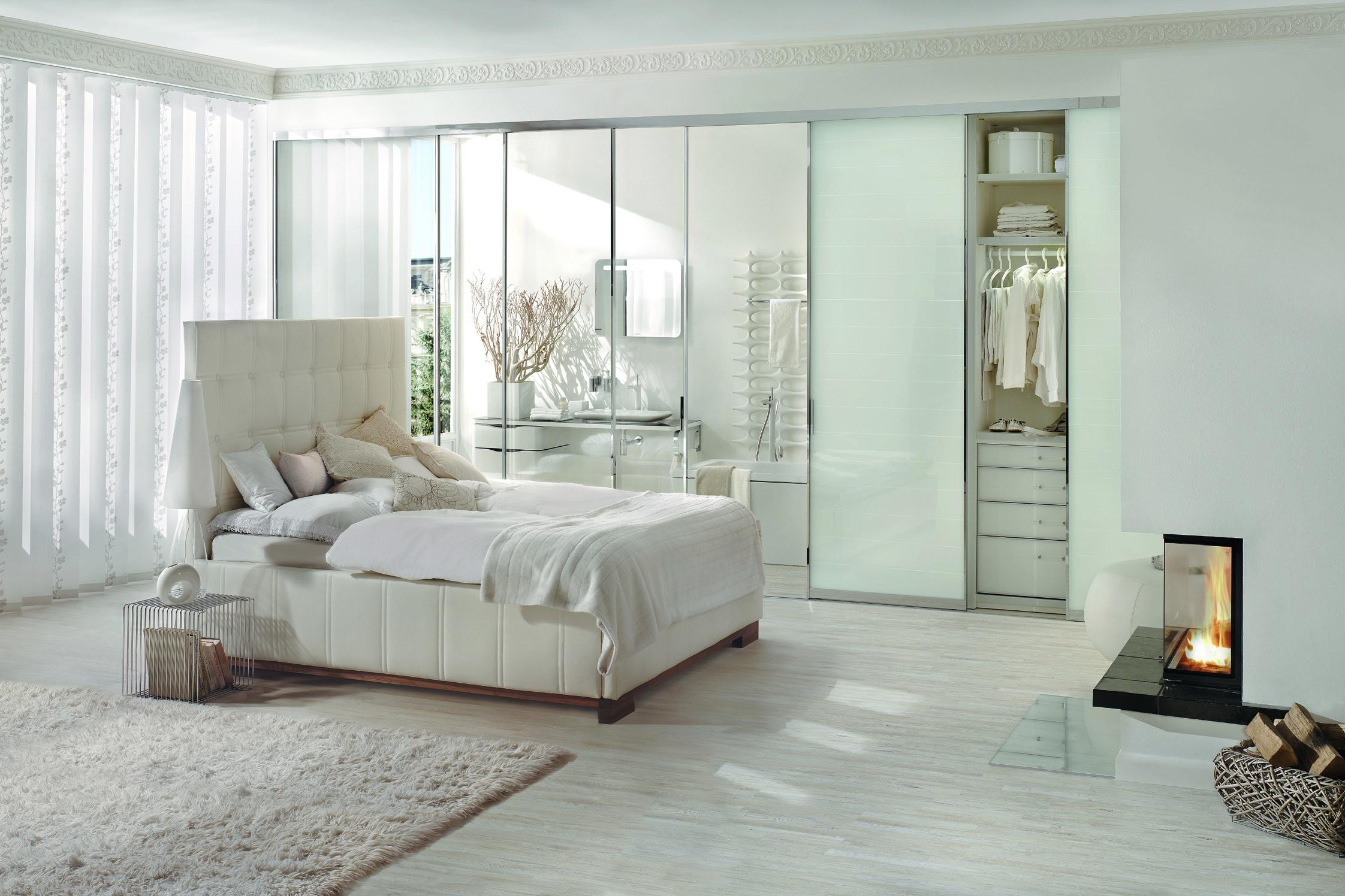 Weißes Schlafzimmer mit Kamin #teppich #kamin #begeh...