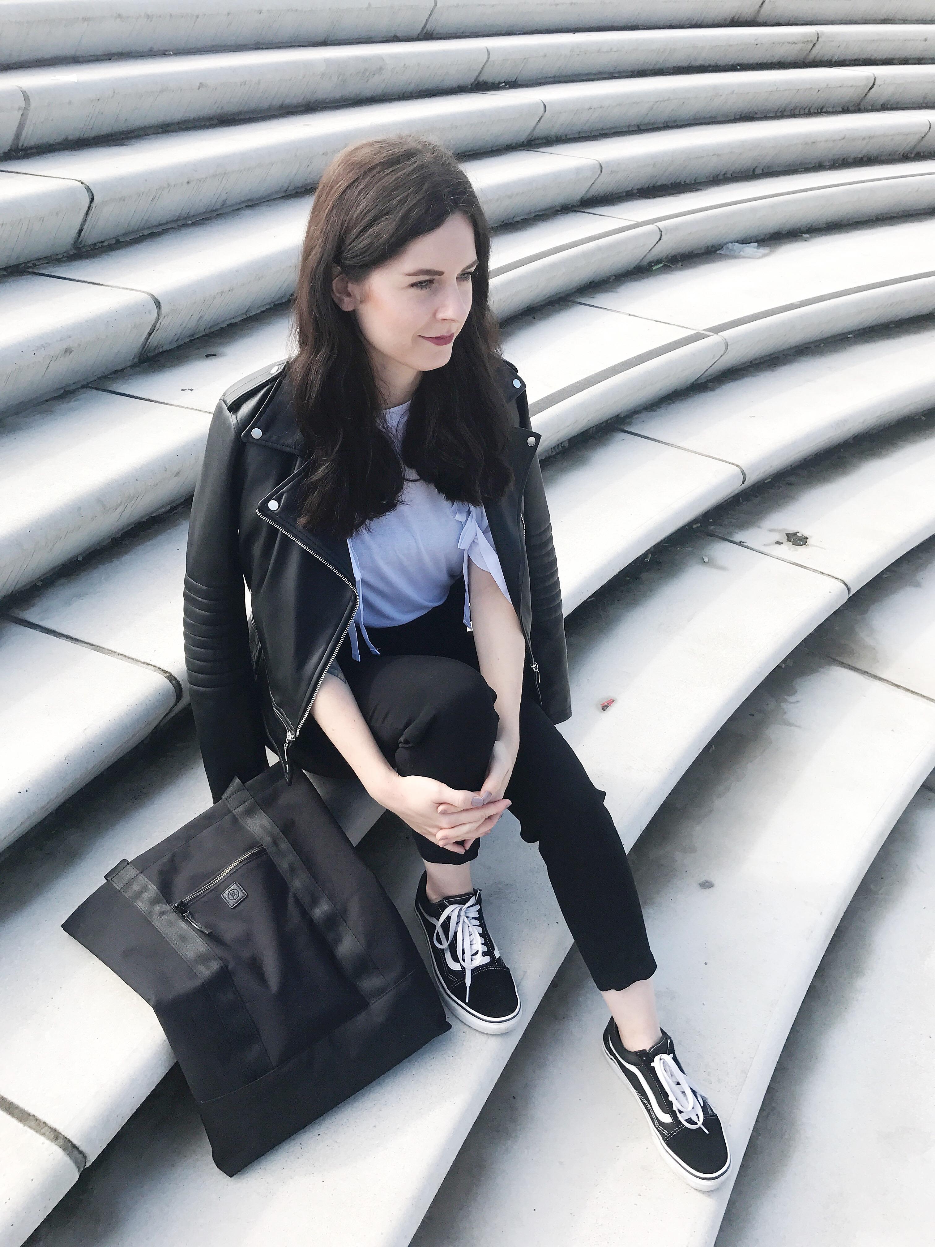 Weißes T Shirt, schwarze Hose, Lederjacke: Schneller