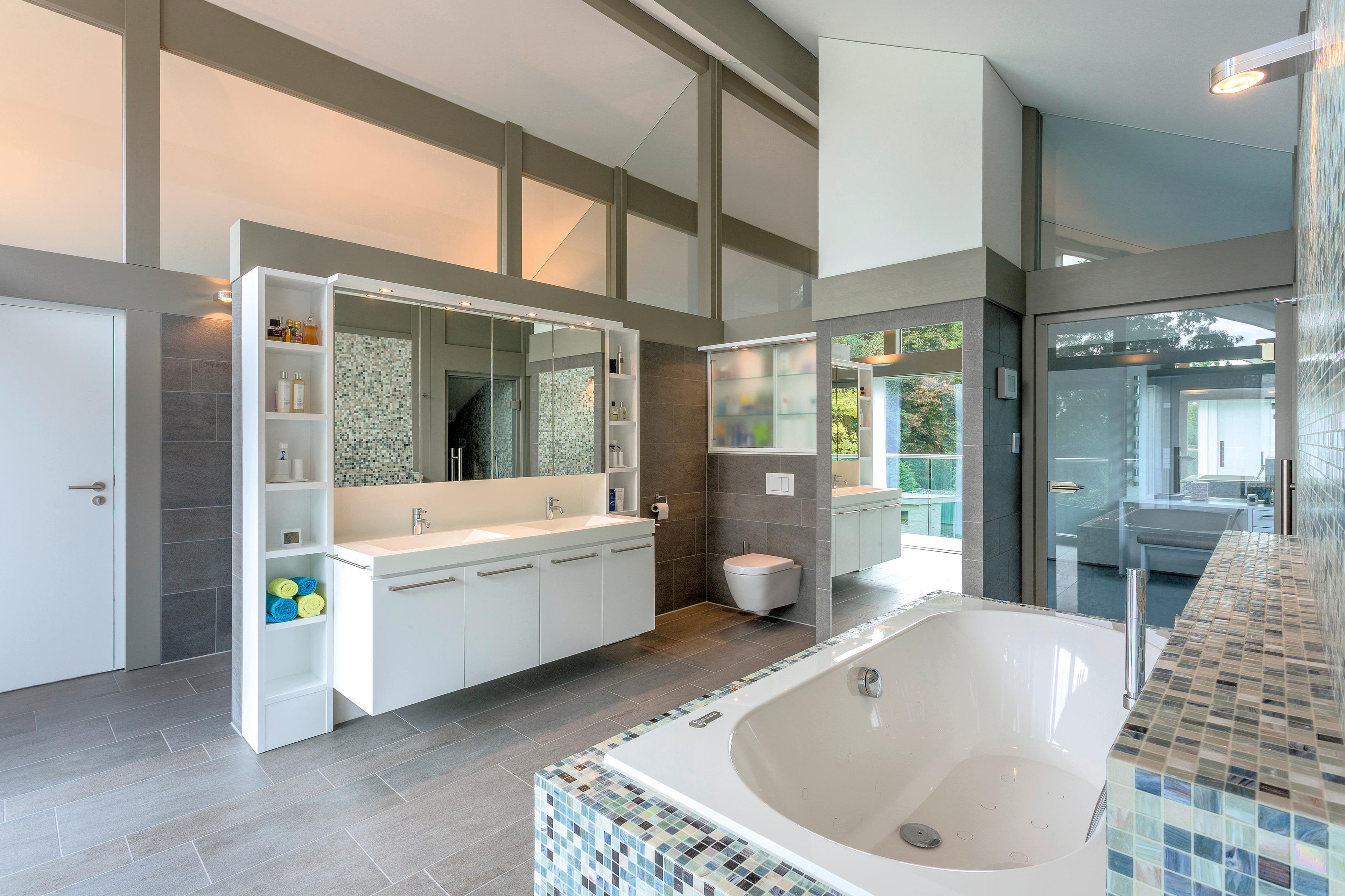 Wohlfühl badezimmer mit blick die waschamatur fliesen regal balken schrank