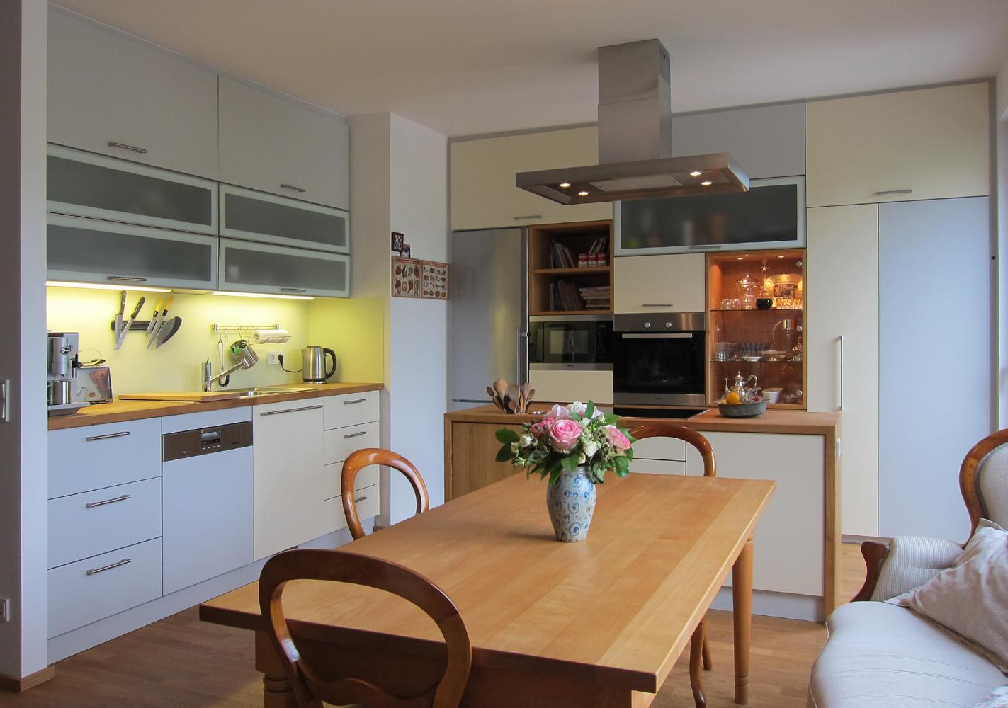Wohn-Küche #esstisch #dunstabzugshaube #küchenschran...