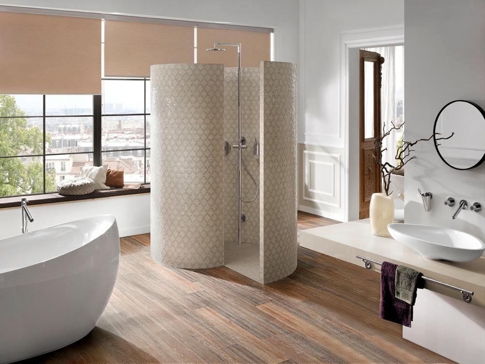 Wohnbaden #badezimmer #freistehendebadewanne #runderspiegel #rollo  #modernebadewanne #modernedusche ©PROJECT FLOORS