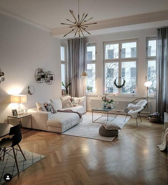 wohnen #wohnzimmer #dekoration #altbau #lampen • COUCH
