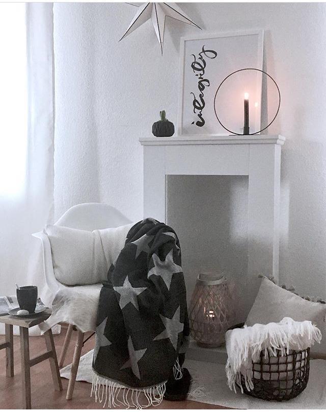 #wohnzimmer #advent #gemuetlichkeit #eames #brostecopnhagen #stern # Kaminsims