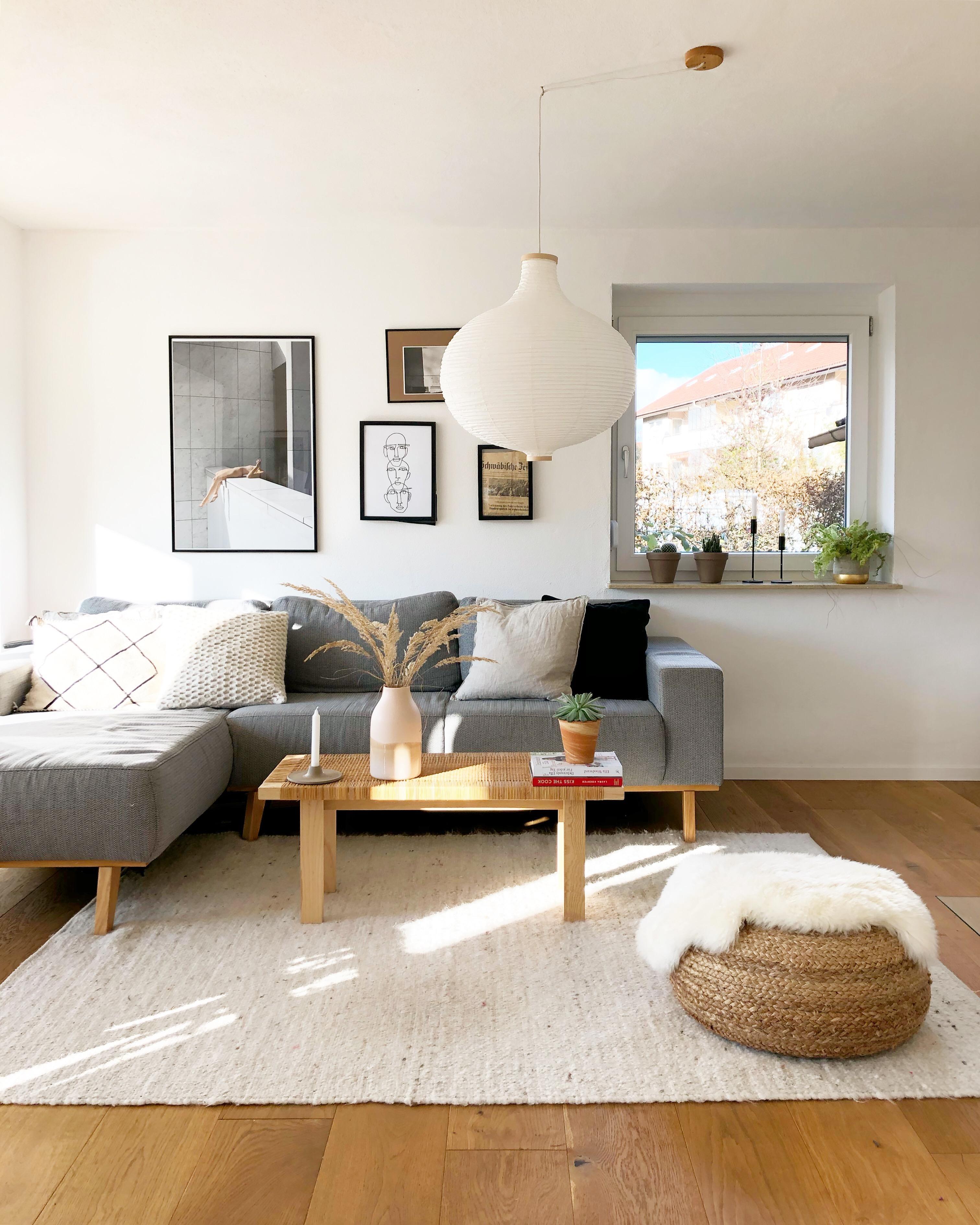 wohnzimmer #couch #sofa #hängelampe #lampe #poster.