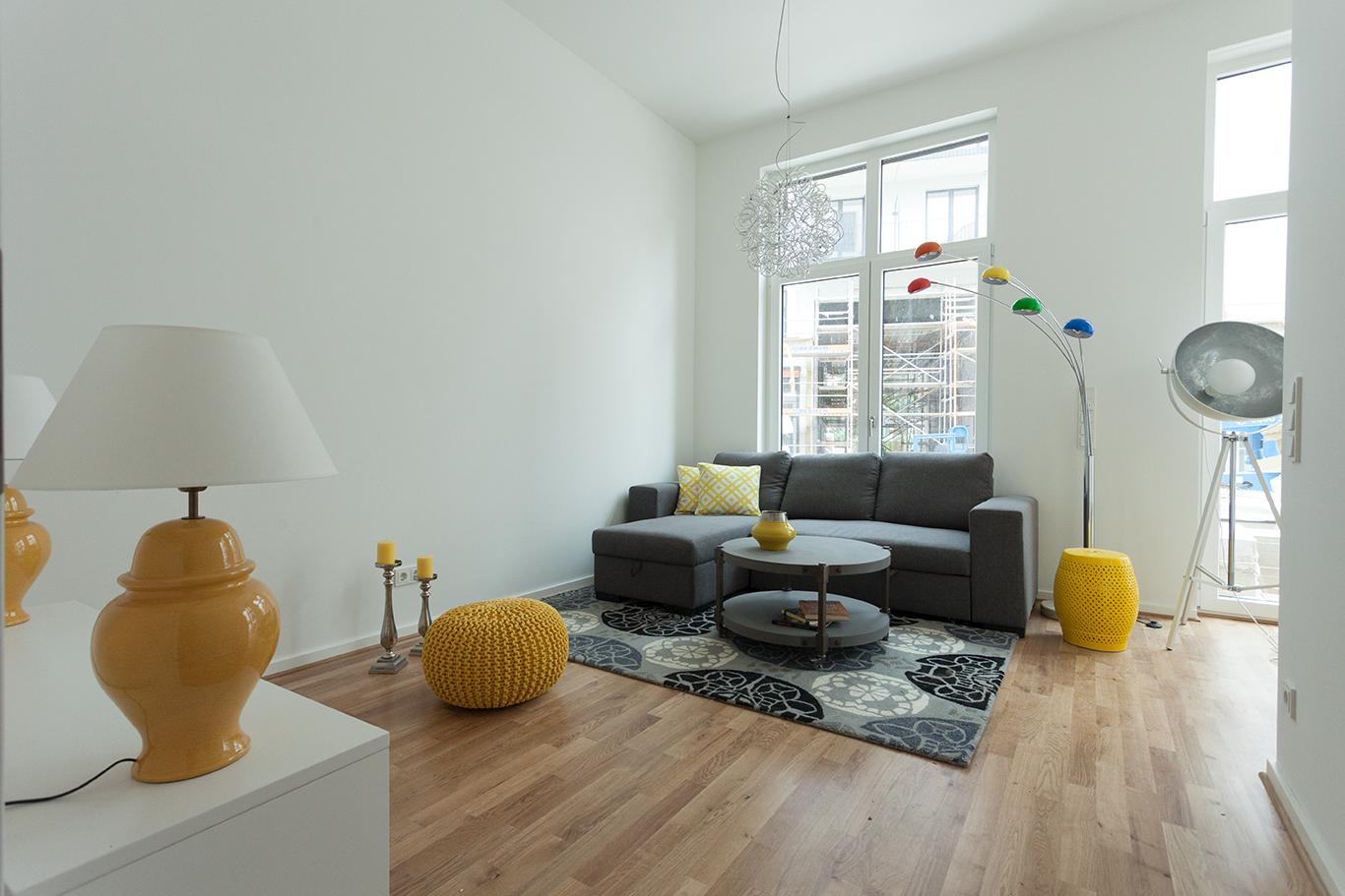 wohnzimmer gelb und dunkel blau #hocker #sofa ©mirac... - Wohnzimmer Gelb Blau