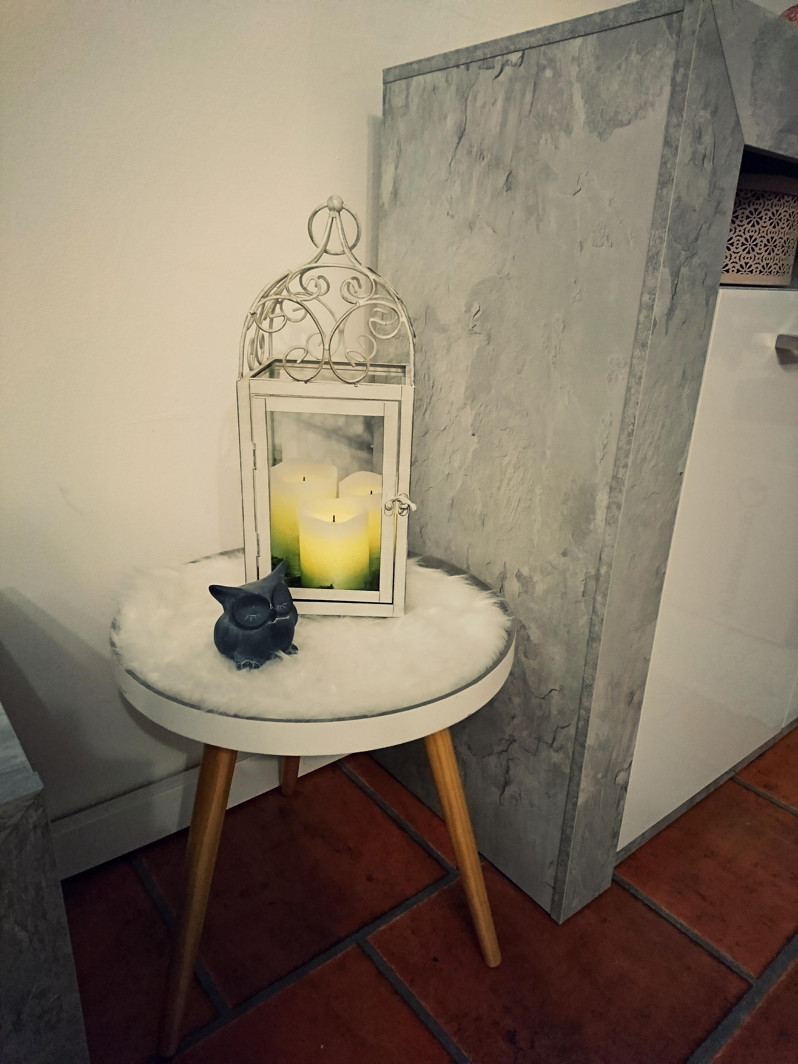Wohnzimmer Grau Weiss Laterne Kerzen Eule Couch