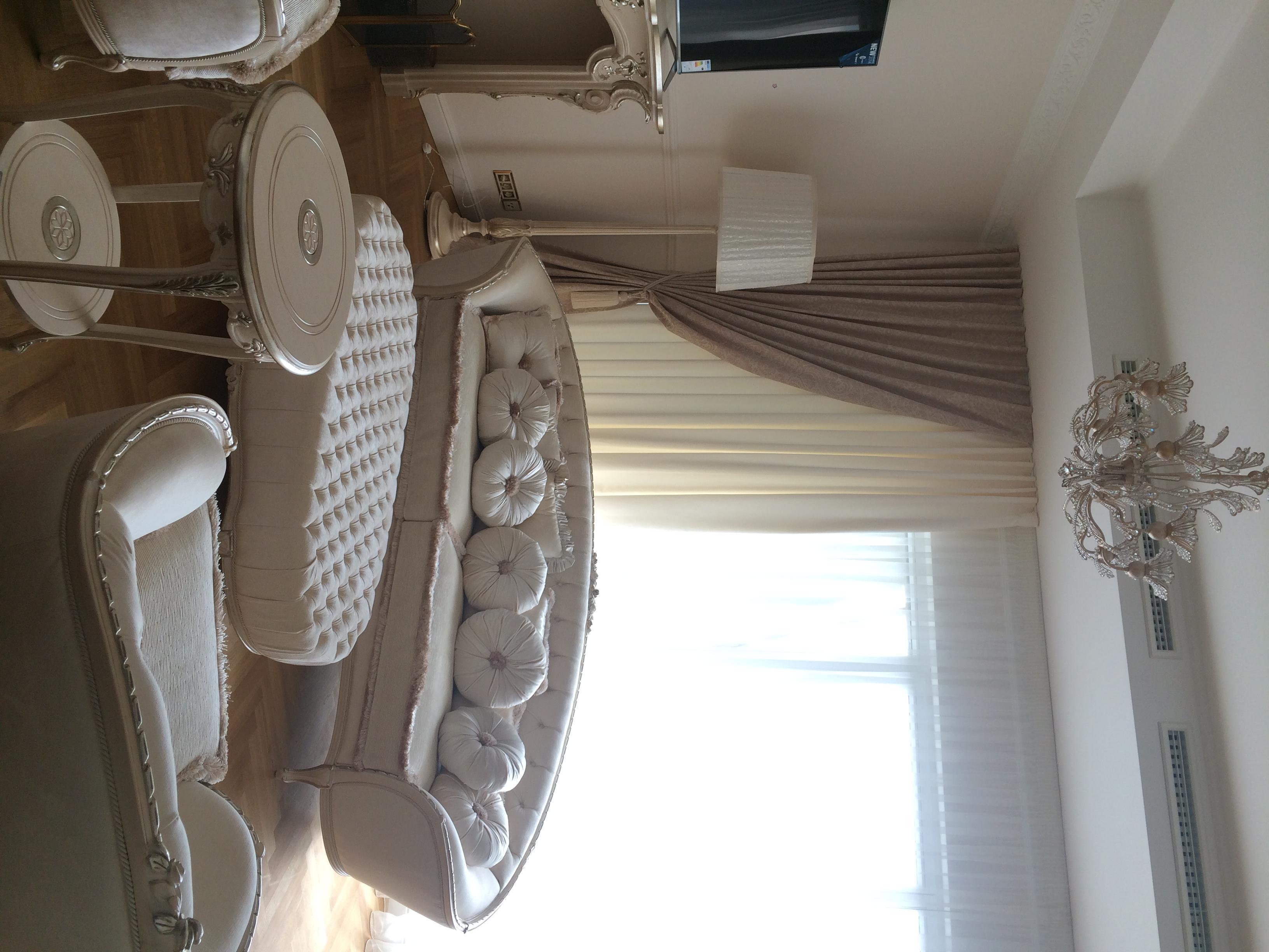 Wohnzimmer In Beigetnen Kissen Pouf Vorhang Gardine Gardinenstange C