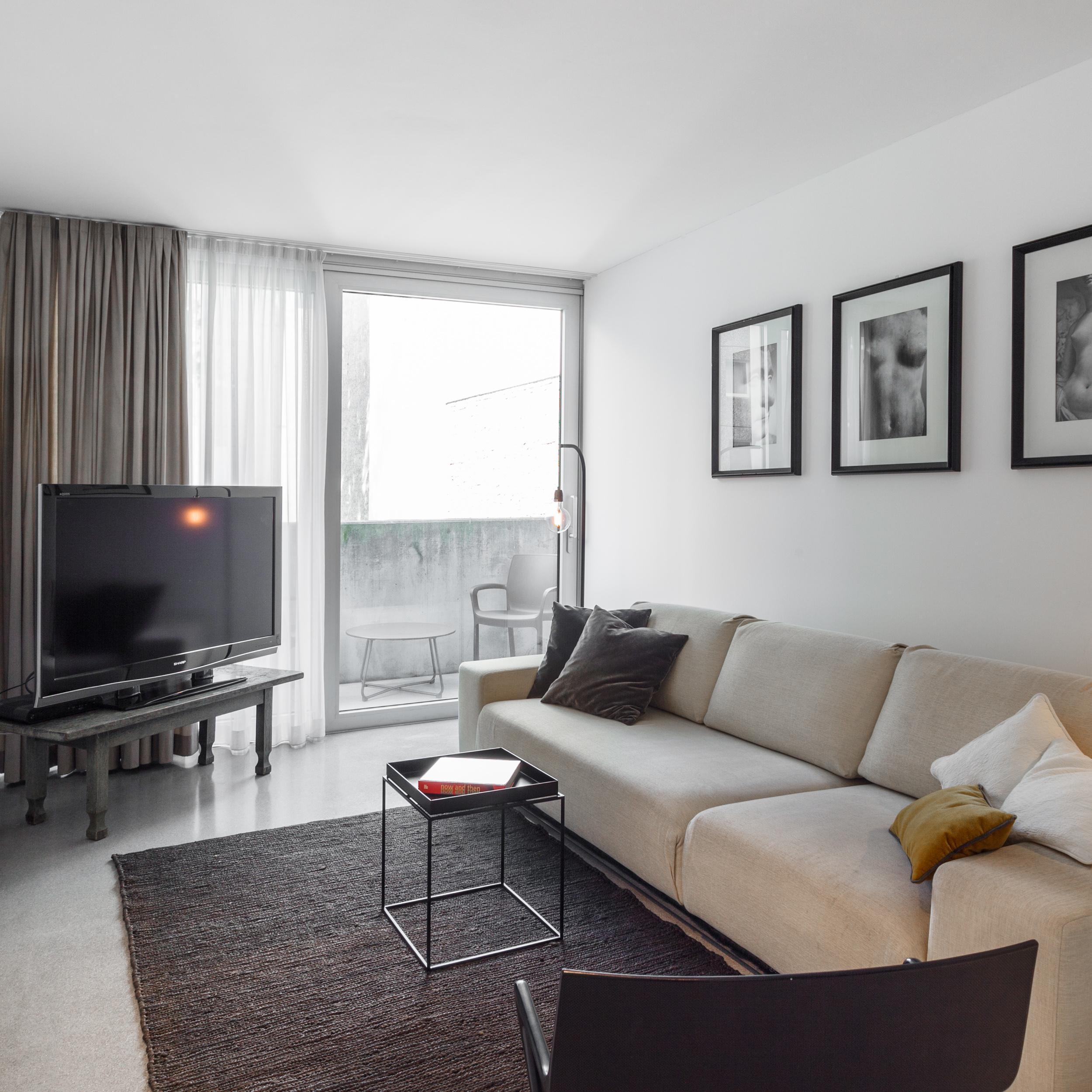 Wohnzimmer In Grau/Weiß #beistelltisch #gästezimmer #loft #schlafsofa  #ausziehcouch #