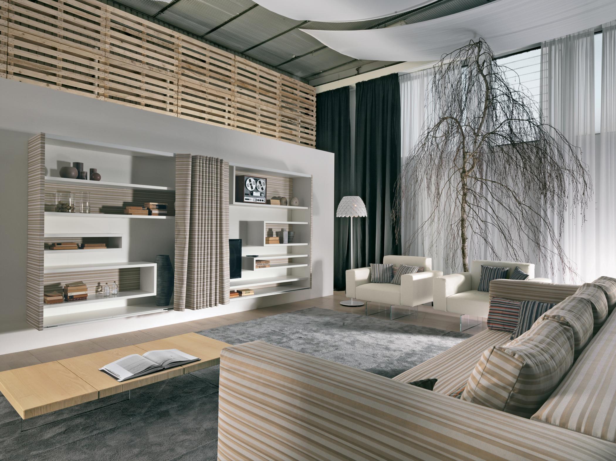Wohnzimmer in natürlicher Baum-Optik #regalsystem #h...