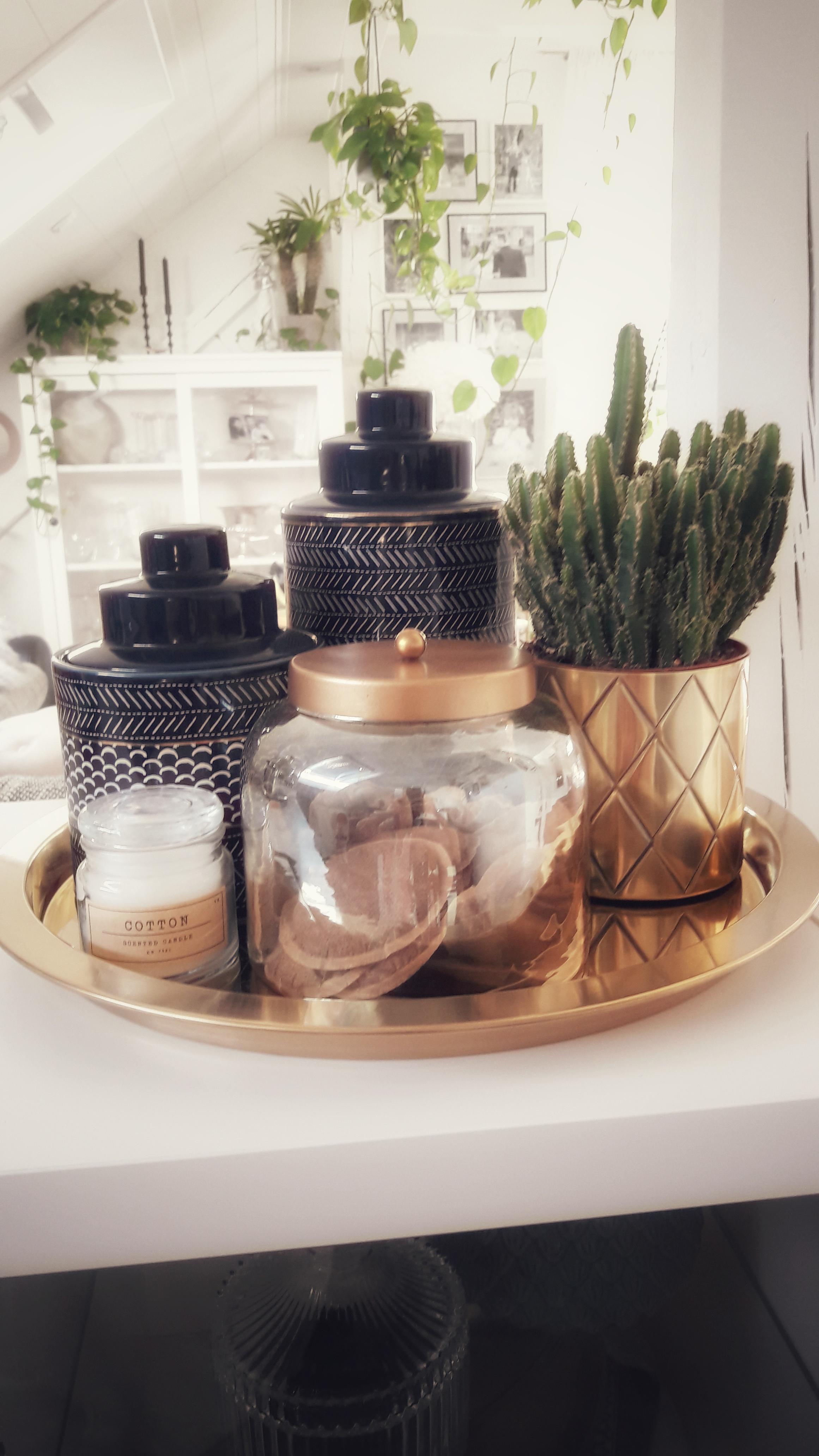 #Wohnzimmer #Kaffeebar #Dachschräge #Gold #Chillimilli #Kaktusliebe