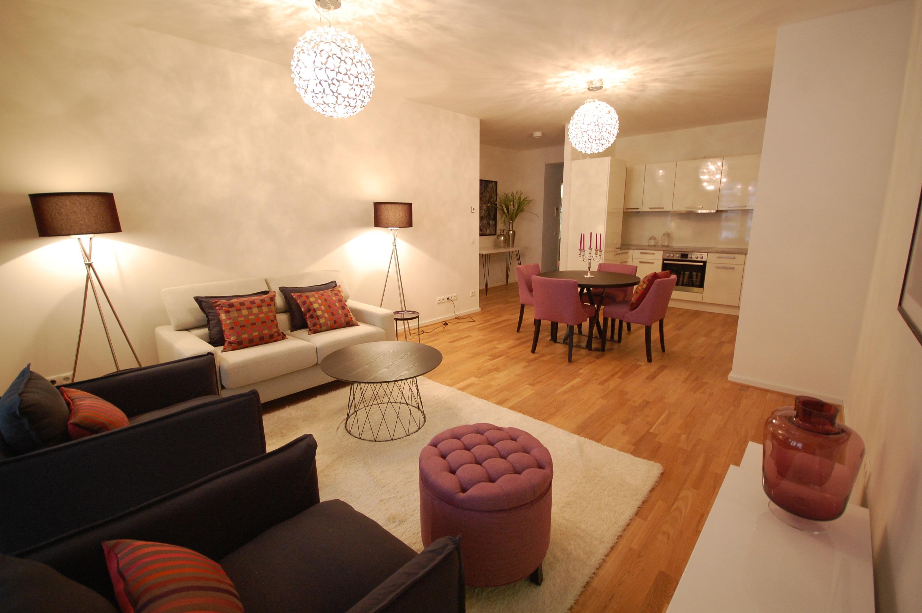 Wohnzimmer Lila und Bordeaux #hocker #sofa ©Miracle ...