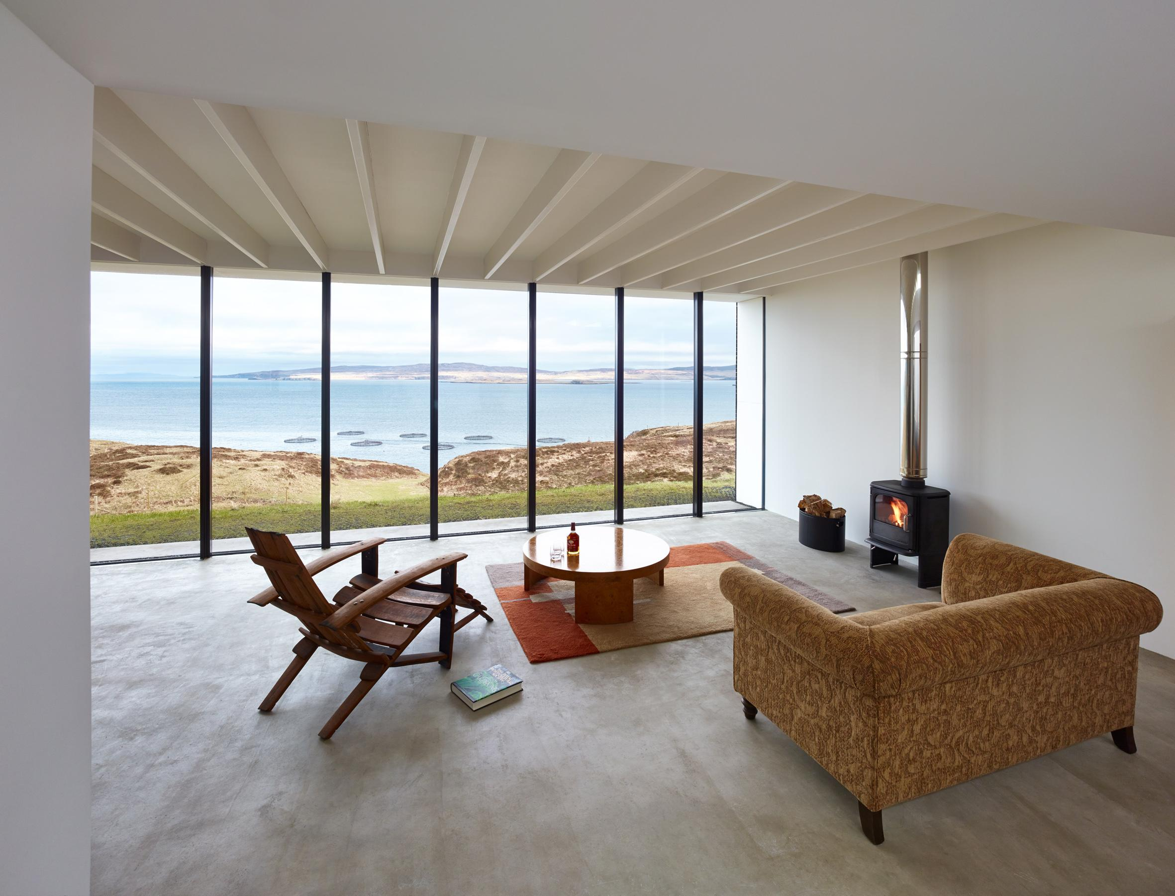 AuBergewohnlich Wohnzimmer Minimalistisch Eingerichtet #fensterfront #couchtisch #teppich  #kamin #sessel #rundercouchtisch #