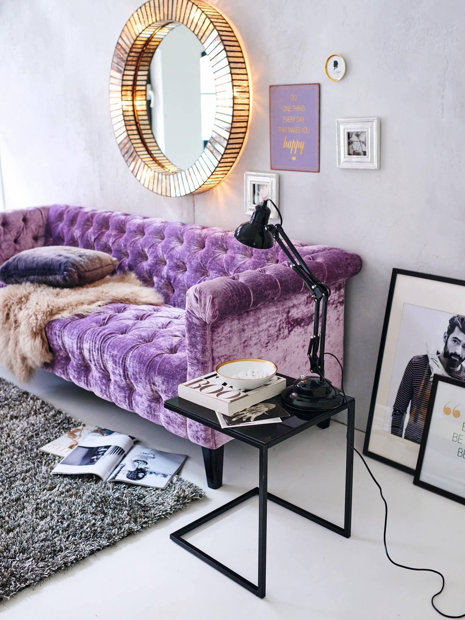 Wohnzimmer Mit Femininen Akzenten #beistelltisch #teppich #wohnzimmer  #wandspiegel #runderspiegel #wandbild