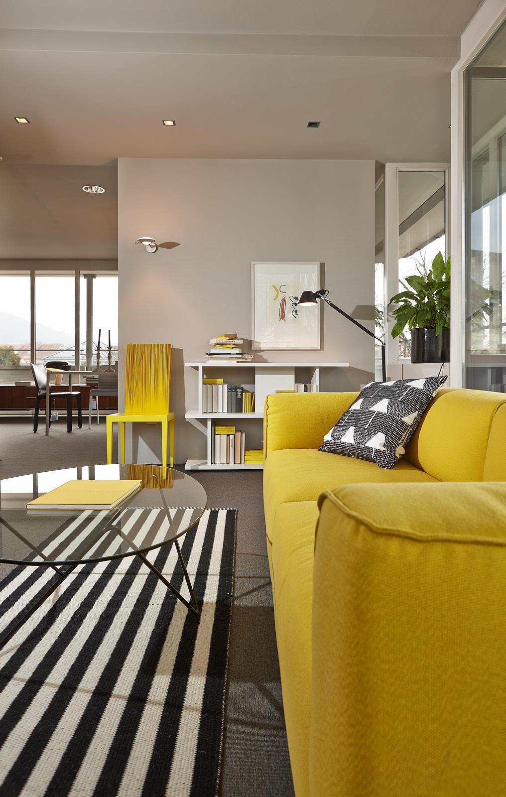 Wohnzimmer Mit Gelben Hinguckern Stuhl Couchtisch Regal Teppich Glastisch Stehlampe