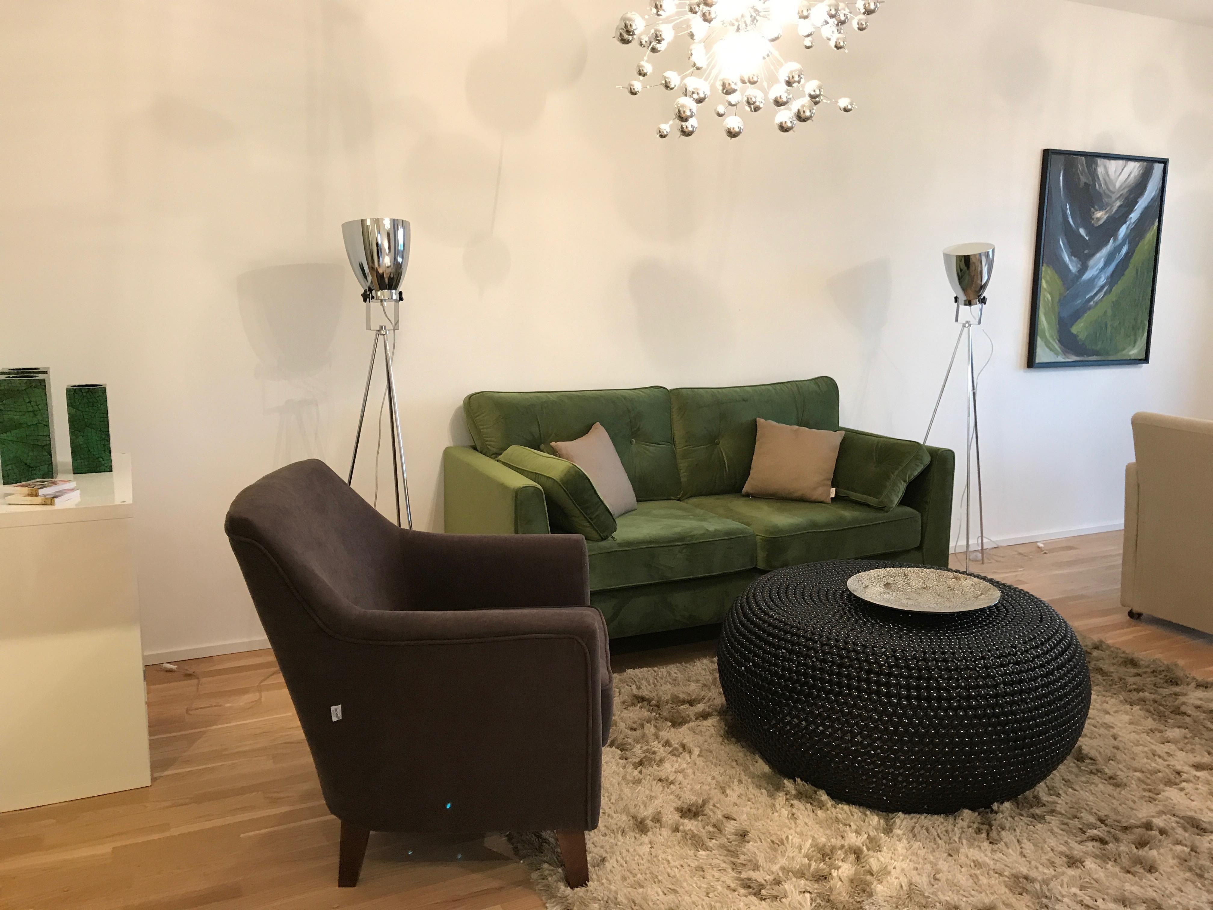 Wohnzimmer Mit Grüne 2er Sofa #wohnzimmer #grünessofa ©Miracle Room