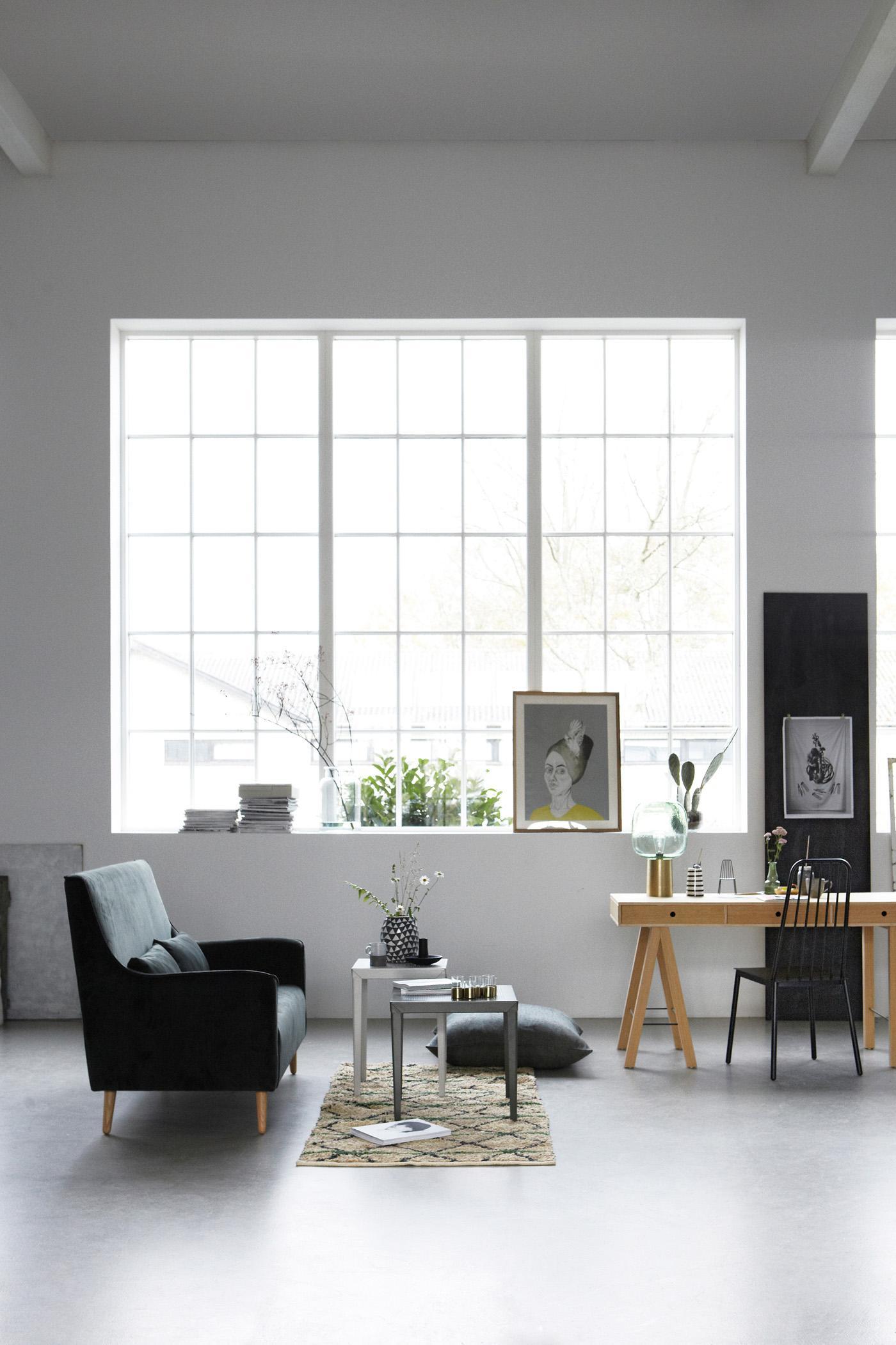 Wohnzimmer Mit Hoher Decke Einrichten #stuhl #fensterfront #beistelltisch  #schreibtisch #teppich #