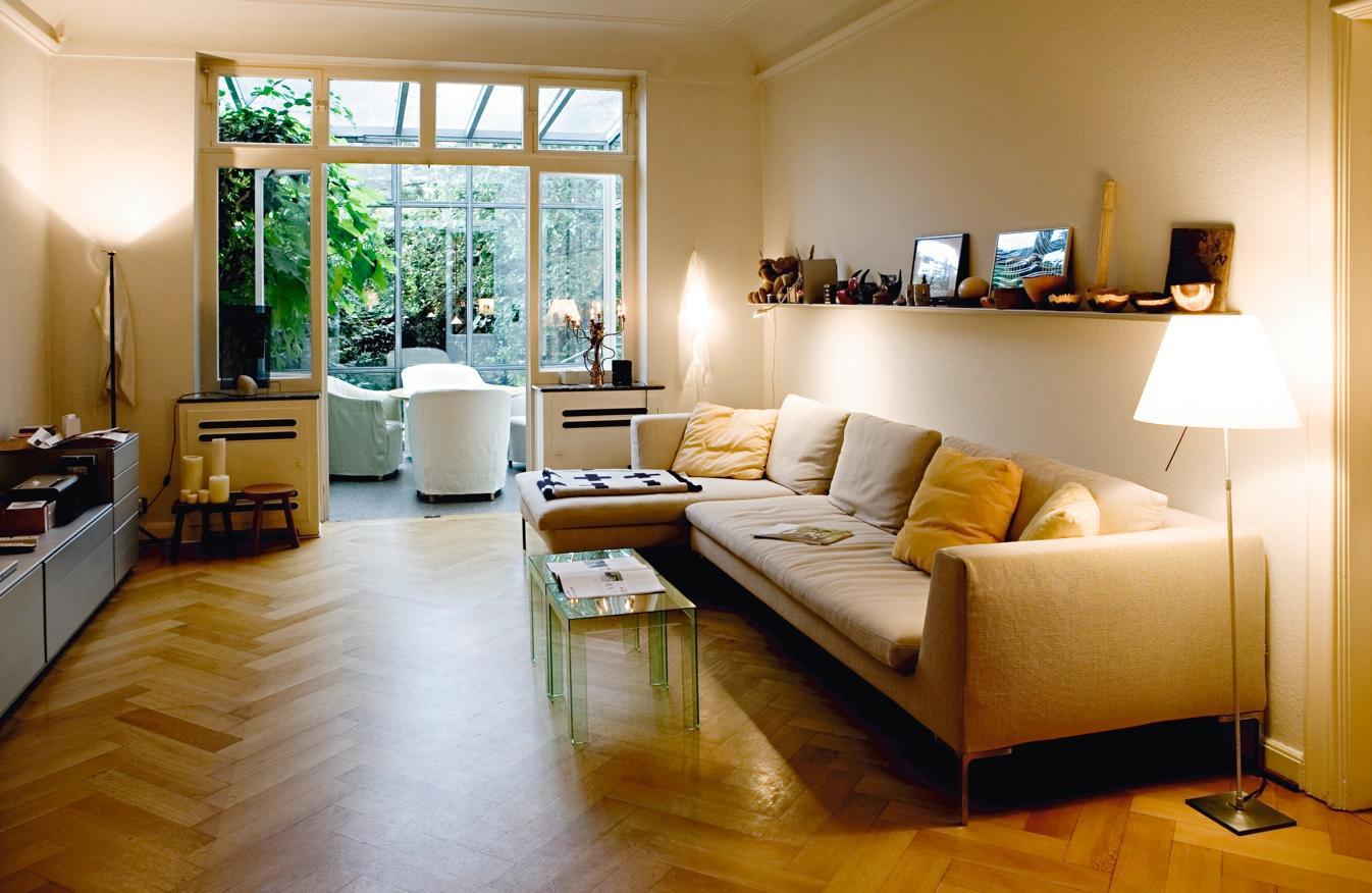 Wohnzimmer mit Wintergarten #couchtisch #regal #wohn...