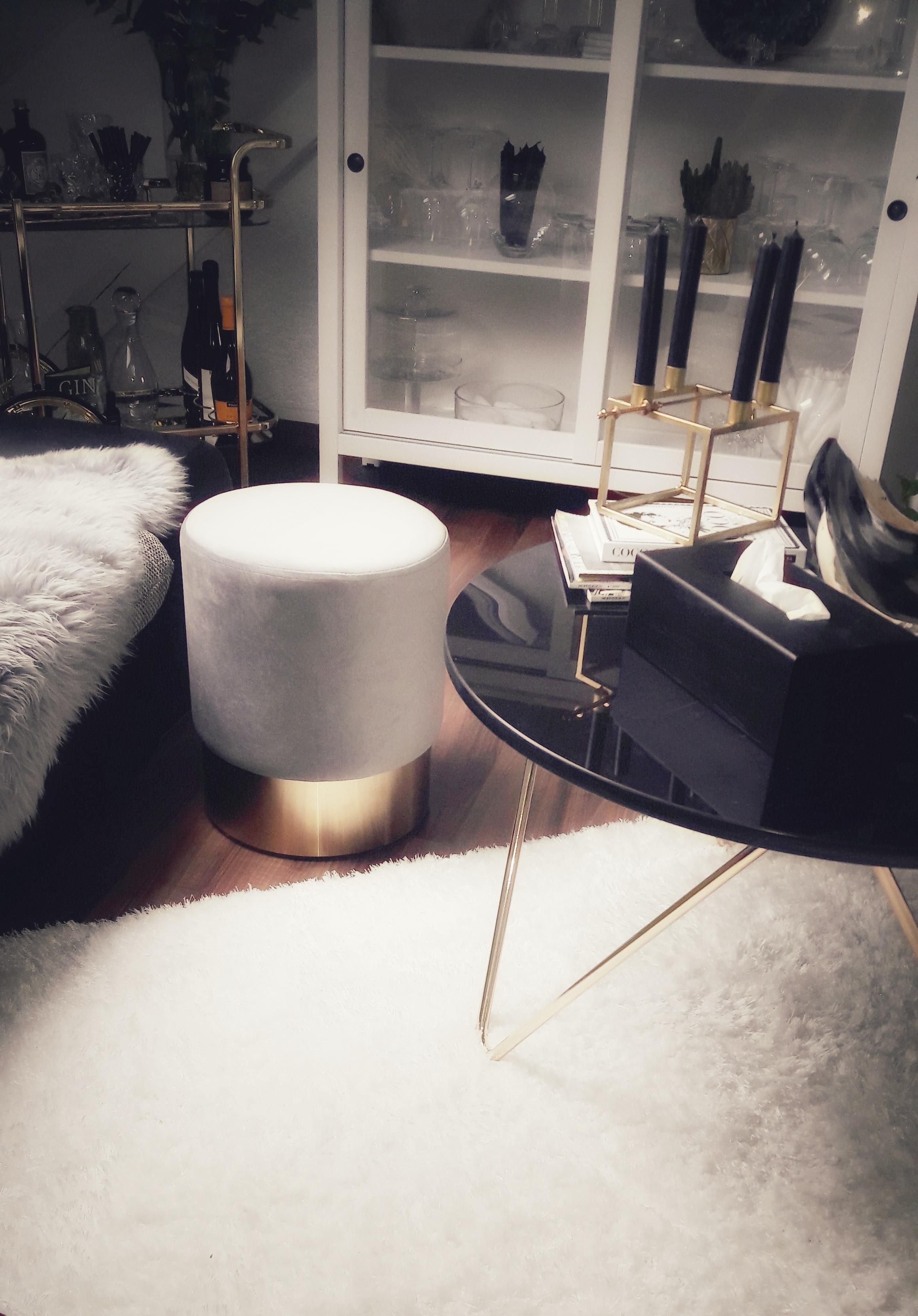 #Wohnzimmer #Pouf #Grey #Gold #chillimilli #Dachgeschoss #Samt