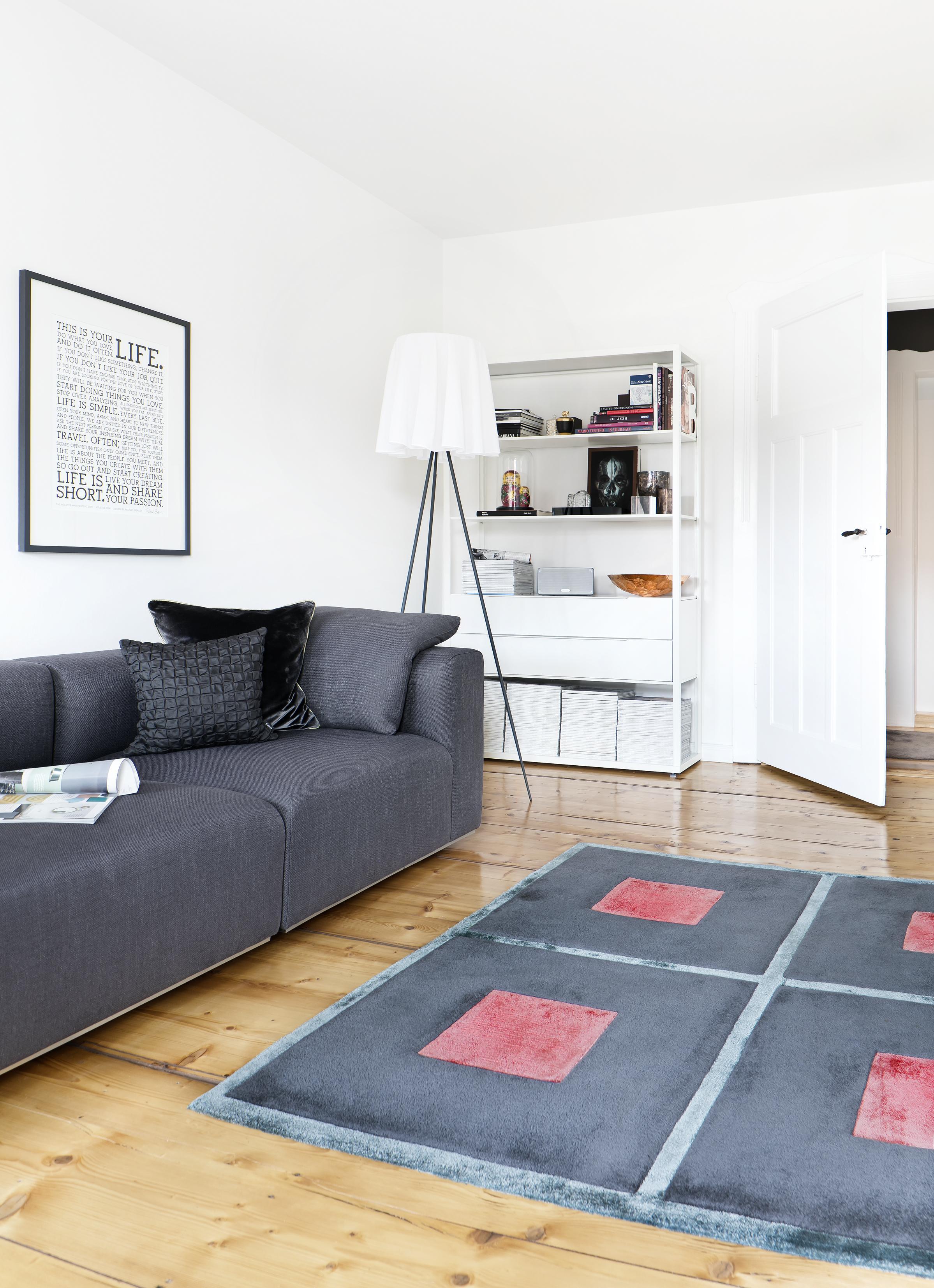 Wohnzimmer Regal Teppich Altbau Kissen Sofa CFotografie