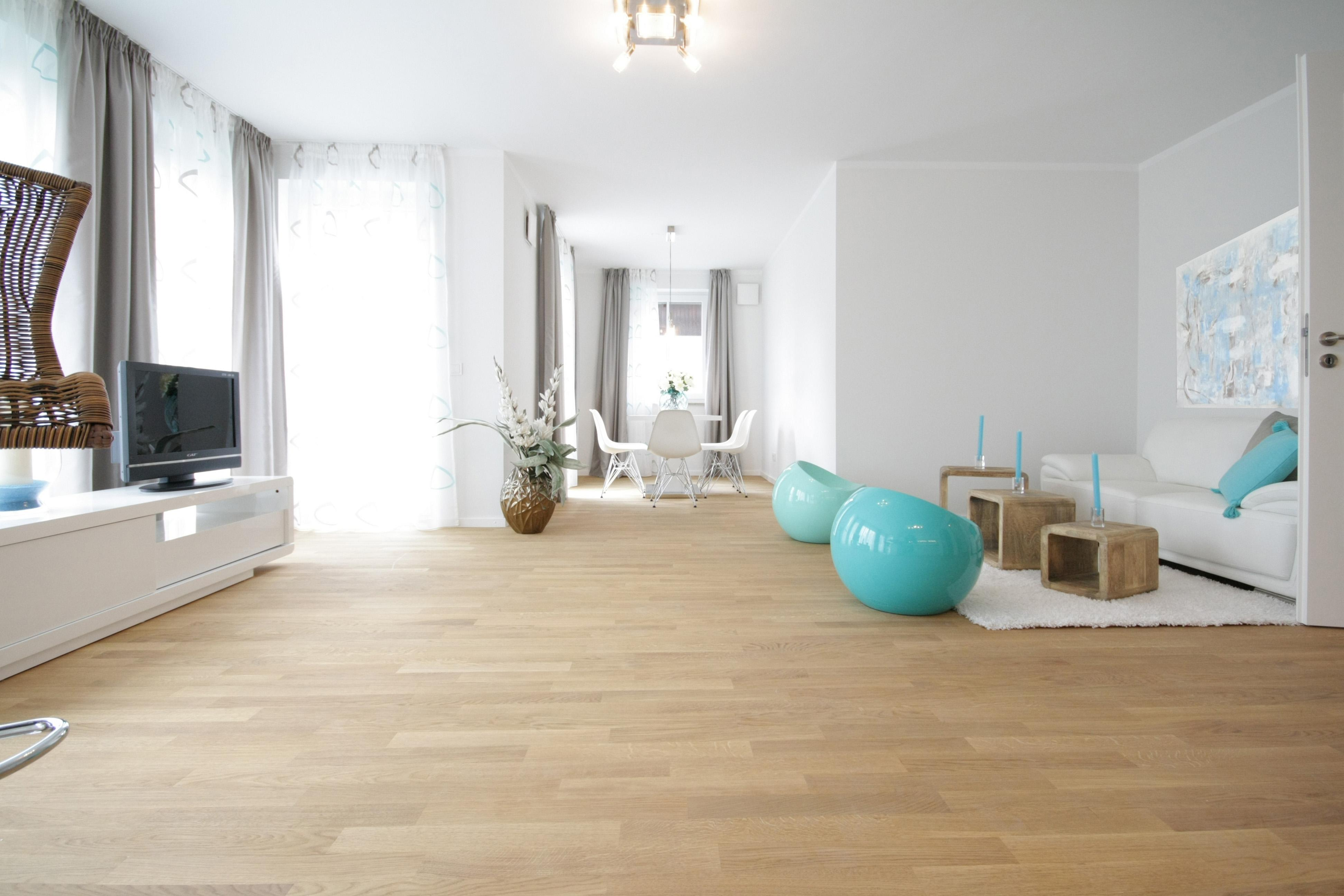 teppich wohnzimmer wohnzimmer gestalten modern for designs einrichten offene wandregale grauer. Black Bedroom Furniture Sets. Home Design Ideas