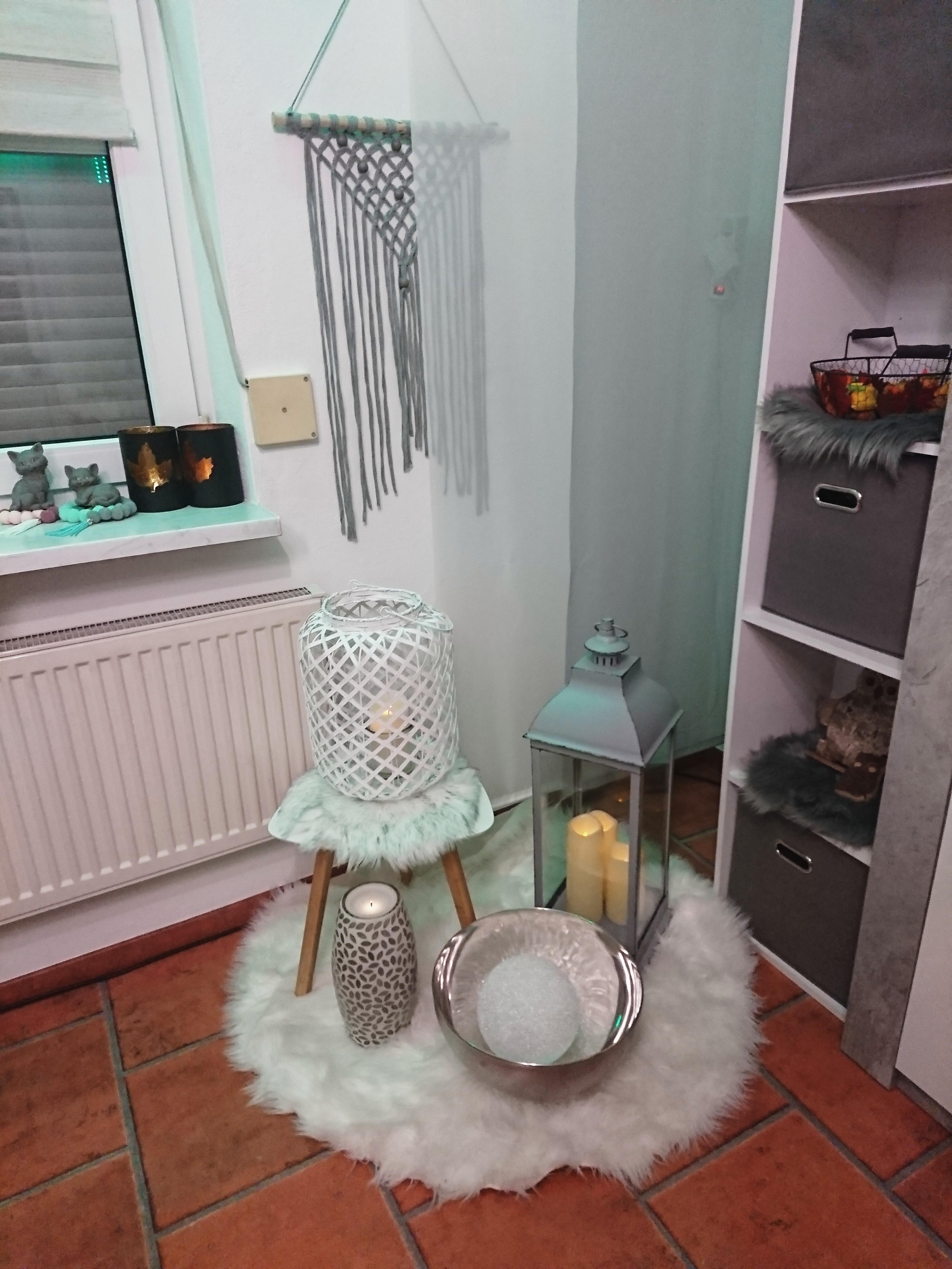 wohnzimmer #weiß #grau #kunstfell #laterne • COUCH