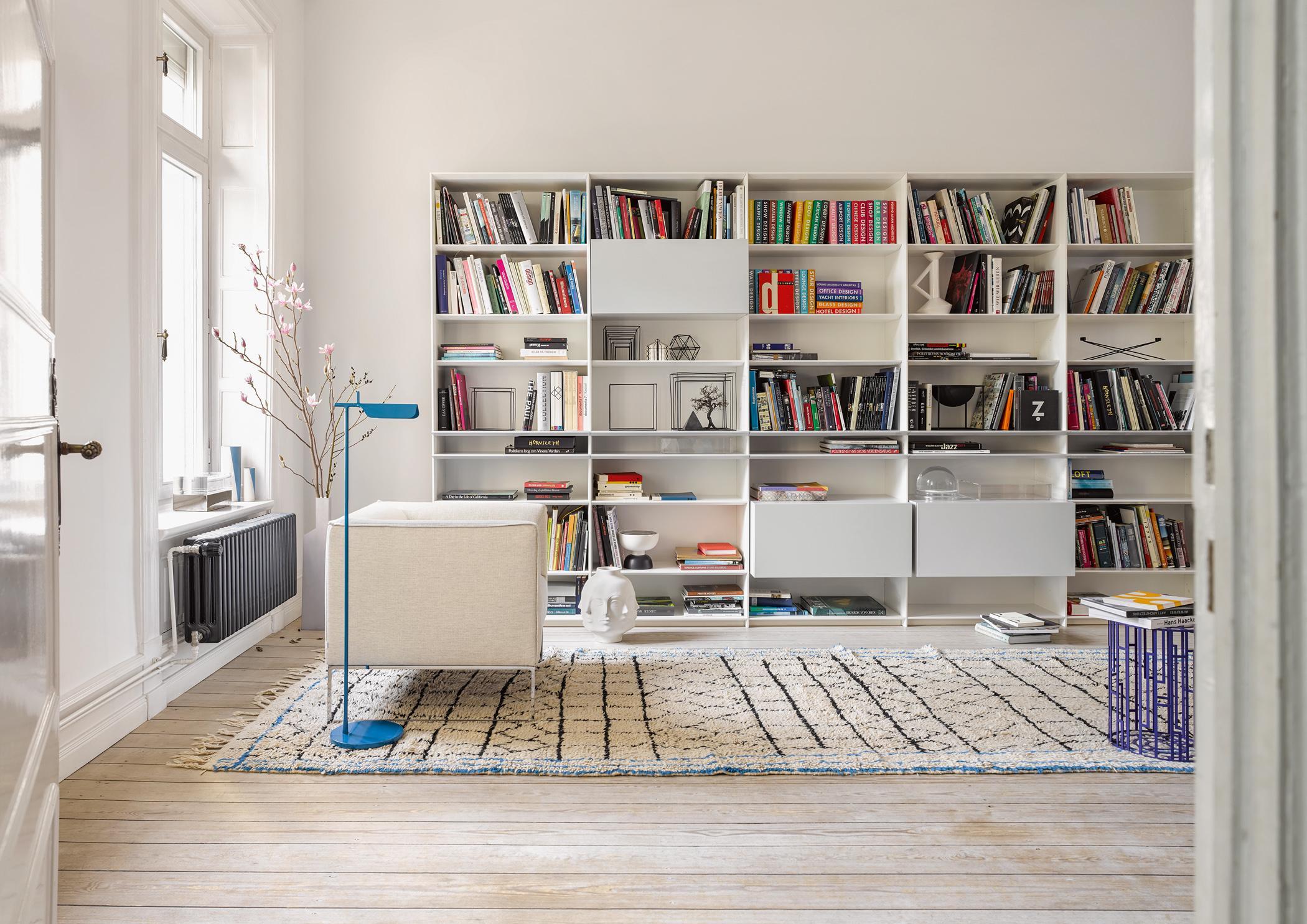Wohnzimmergestaltung In Weiss Wandregal Teppich Wohnzimmer Stehlampe Sofa CInterlubke