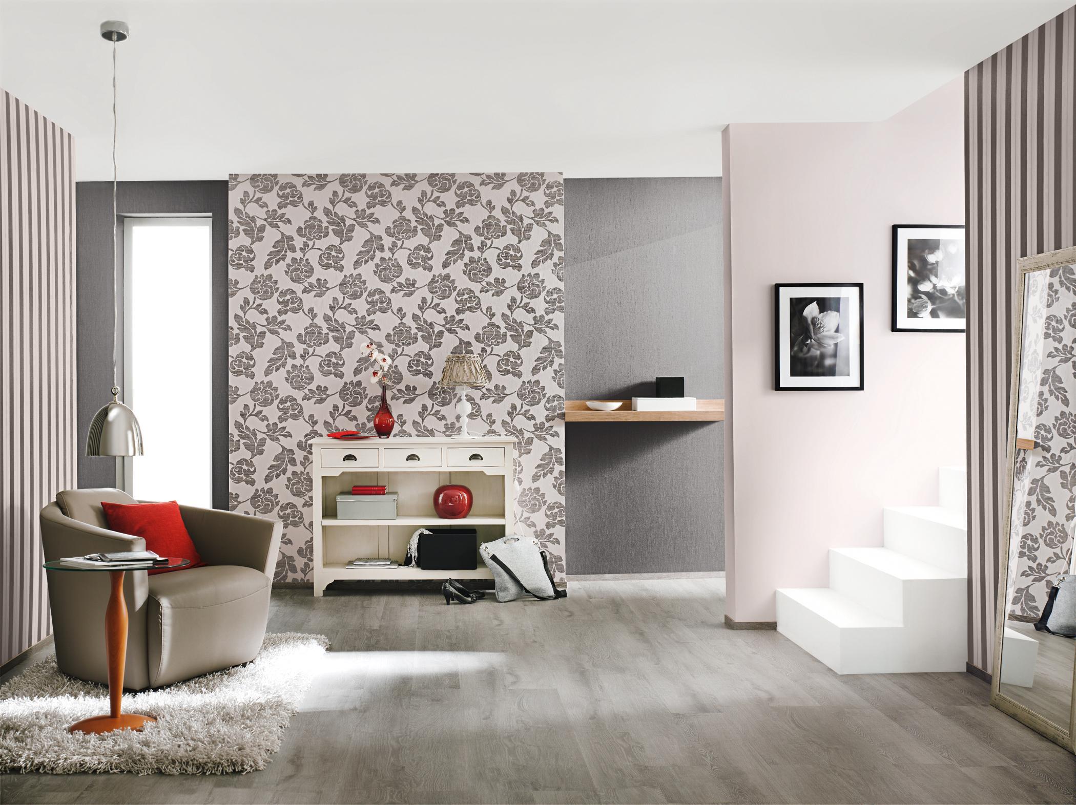 Wohnzimmergestaltung Mit Verschiedenen Mustertapeten #beistelltisch  #wandfarbe #sessel #wandgestaltung #kommode #mustertapete