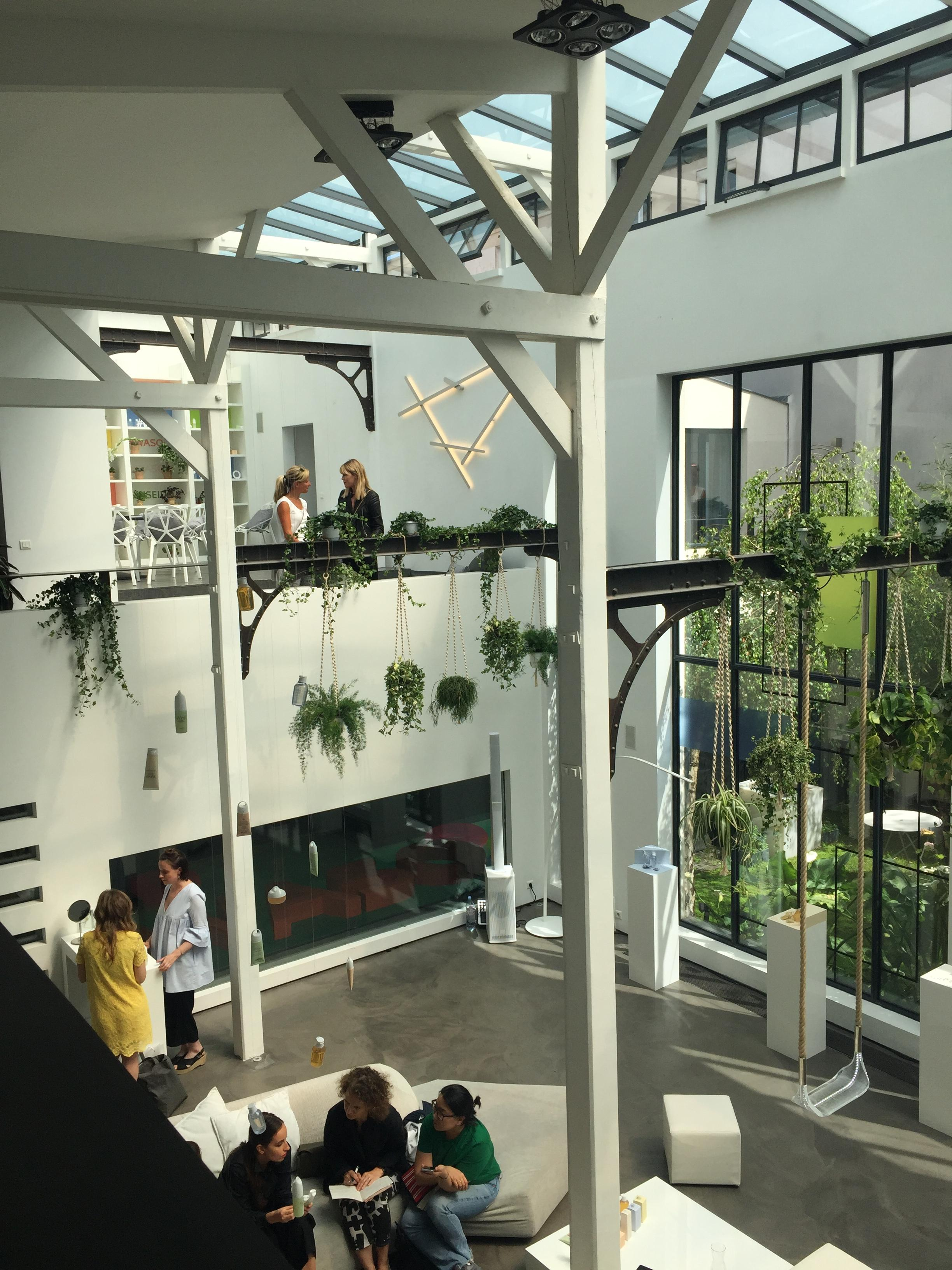 Wow-Apartment in #Paris #urbanjungle #hangingplants #loft