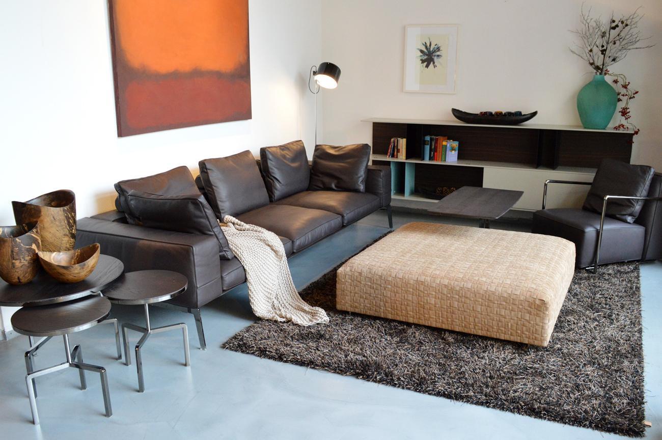 Zeitloses Designsofa In Leder #beistelltisch #teppich #wohnzimmer  #ledersofa #wintergarten #sofa
